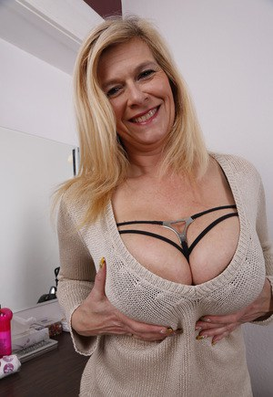 Important and Mature and natural tits Prompt
